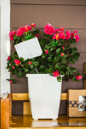 paper note: Ramos de la flor fijan y nota en blanco de papel blanco en la mesa con estilo vintage