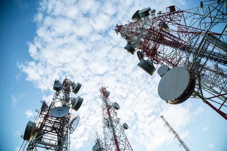 telecoms: Antenne di telecomunicazione TV albero con cielo azzurro del mattino