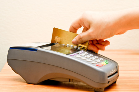 payment machine and Credit card in supermarket Stockfoto