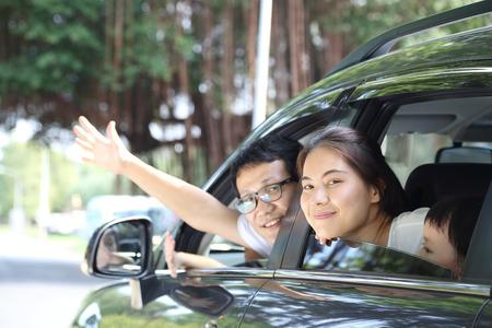 familias unidas: Viajes de Asia Familia preparar con su hijo en el coche Foto de archivo