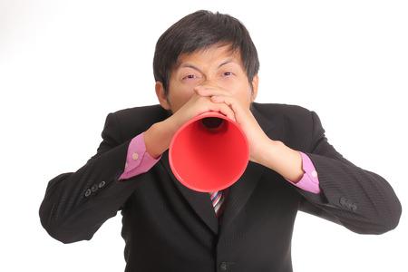 anunciar: Empresario gritando para anunciar a trav�s de un altavoz rojo