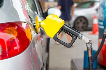 gasolinera: Estaci�n de servicio de combustible llene de energ�a en su coche en la gasolinera Foto de archivo