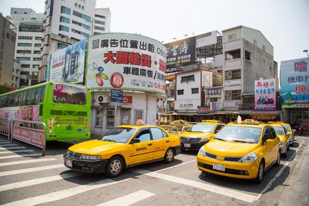 花蓮市, 台湾-3 月 6 日 2015年: タクシー車トップ、華聯駅 r、還連台湾でお客様を待ちます。