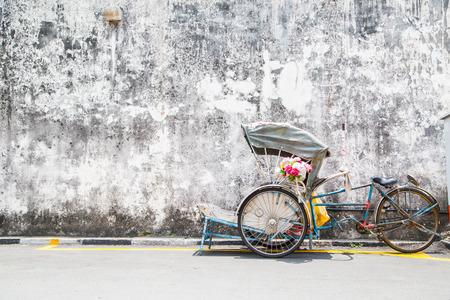Georgetown, Penang, Maleisië- CIRCA 26 maart 2015: Trishaw vintage stijl wachttijd voor dienst reiziger in Georgetown, Penang, Maleisië.