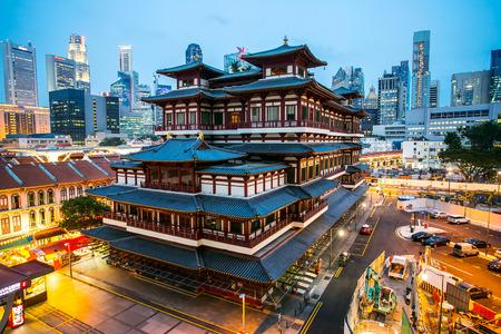 부처님 Toothe 유물 사원, 황혼의 시간과 싱가포르 차이나 타운 지역. 스톡 콘텐츠