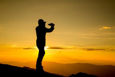 and future vision: El hombre de negocios mira binoculares para su visión para su visión en la alta montaña Foto de archivo