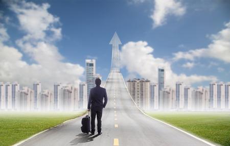 Geschäftsmann, der für die Zukunft, um Investitionen Stadtgebiet für den Erfolg sein Ziel in neue Stadt Lizenzfreie Bilder