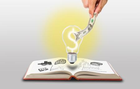 pick money: Recoger dinero para su idea con la mano Foto de archivo