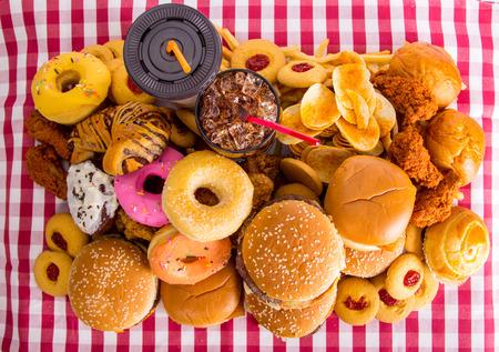 alimentos y bebidas: Comida rápida, hamburguesa de queso para su almuerzo.