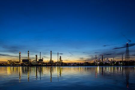Fabryka rafinerii ropy naftowej w nocy. Zdjęcie Seryjne