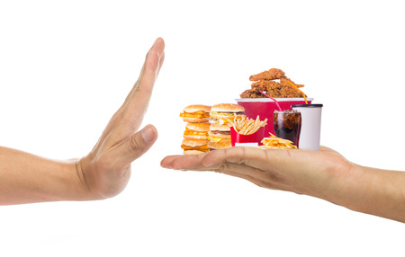 comida: Mano rechazar la comida chatarra con el fondo blanco