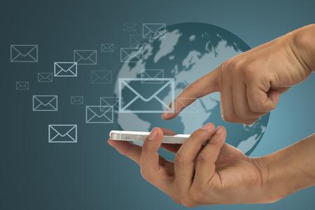 comunicação: Empresário segurar uso de smartphones para comunicar o seu amigo. Banco de Imagens