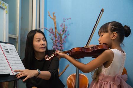 violinista: violinista tocando m�sicas viol�n y los ni�os en la escuela taller.