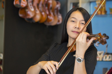 violinista: violinista tocando músicas de violín en la escuela de estudio.