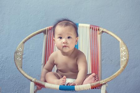 ojos hermosos: Dormir Bebé asiático con el fondo blanco Foto de archivo