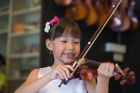 violinista: violinista tocando m�sicas de viol�n en la escuela taller.
