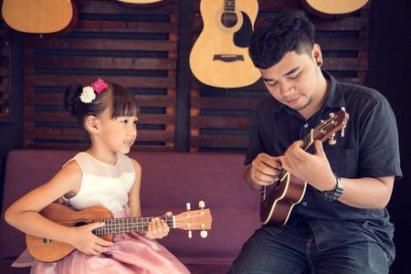 Ukulele Gitarre Lehrer unterrichten Musik in der Schule