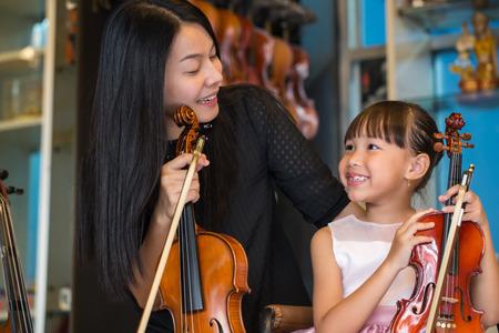 violinista: violinista tocando m�sicas de viol�n en la escuela de estudio