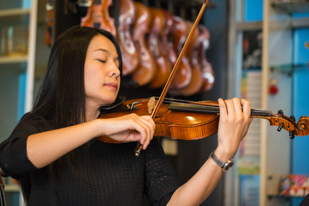 violinista: violinista tocando músicas de violín en la escuela de estudio