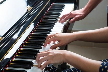 pianista: Música de piano juego Pianista, vista lateral de la herramienta de instrumento musical.