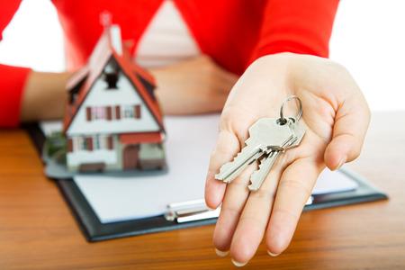 Woman-Show Keys für Ihr gutes Hotel mit echten Agentur Immobilien. Lizenzfreie Bilder