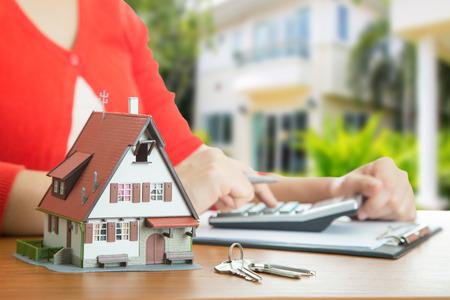 Femme calculer et planifier votre bon établissement avec une véritable propriété de l'agence. Banque d'images - 43049884