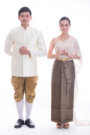 태국 남자와 여자는 스튜디오에서 태국 전통 양복에 오신 것을 환영합니다 스톡 콘텐츠