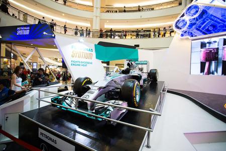potentiality: KUALA LUMPUR, Malasia-junio 24, 2015: Petronas equipo syatium exposici�n F1 espect�culo potencialidad de coches dentro de las Torres Petronas, Lucha calor excesivo del motor. Editorial