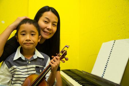violinista: violinista tocando músicas violín y los niños en la escuela taller.