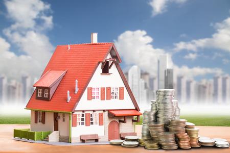 Modelo de casa con su dinero de depósito Foto de archivo - 43054682