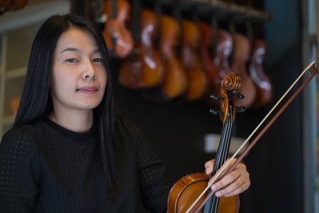 violinista: Violinista tocando músicas de violín en la escuela taller. Foto de archivo