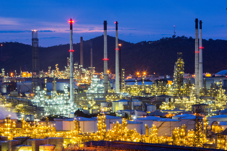 contaminacion aire: Fábrica de la refinería de petróleo en la mañana.