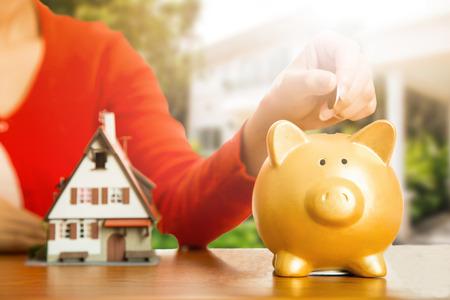 Woman berechnen und planen für Ihr gutes Hotel mit echten Agentur Immobilien.