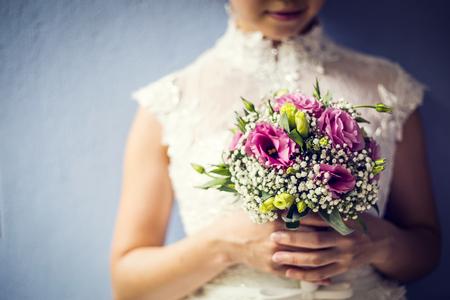 Vrouw met kleurrijke boeket met haar handen in trouwdag