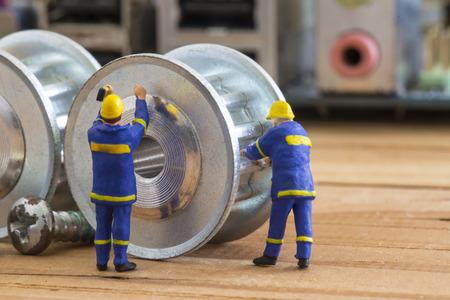 Reparación y mantenimiento de su sistema con el pequeño modelo de Ingeniero. Foto de archivo - 45782297