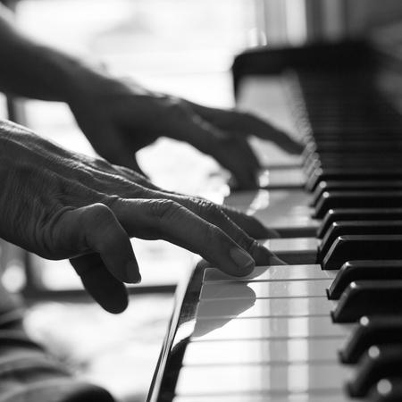 pianista: Pianista tocando el piano para aprender música melodía.