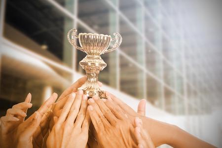 feier: Holding-Trophäe Auszeichnung nach erfolgreicher mit seinem Geschäft.