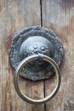 tocar la puerta: Puerta de golpe china estilo asi�tico de la vendimia. Foto de archivo