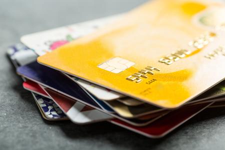 factura: Las tarjetas de crédito de los productos de pago con su negocio. Foto de archivo