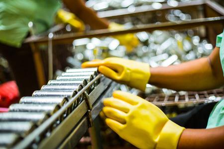 ハジャイ、ソンクラ コンサート 31,2015: 労働者はイワシ魚タイ、ソンクラーに魚の缶詰工場で保存する送信のためにパックの送信のための tin 缶を運 報道画像
