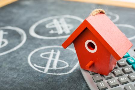 Hypotheken Haus zum Verkauf auf dem Schwarzrückwand. Lizenzfreie Bilder