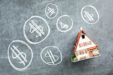 Hypotheekhuis te koop op het zwarte bord.