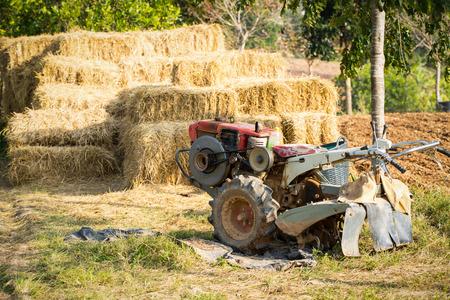 arando: m�quinas de arado de parada al lado de los campos de arroz.