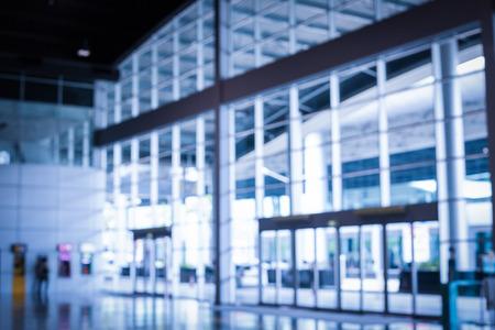 Office glass blur background in office building. Standard-Bild