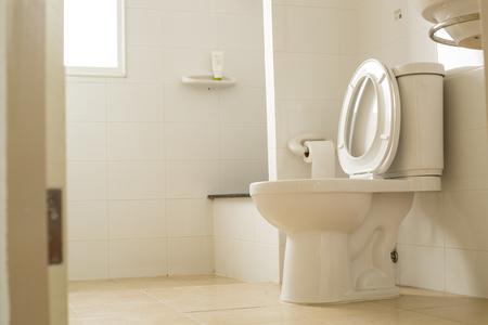 ceramiki: Biała miska WC w łazience. Zdjęcie Seryjne