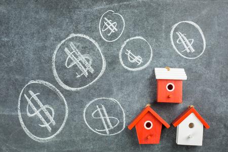 Hypotheek huis te koop op de zwarte bord.