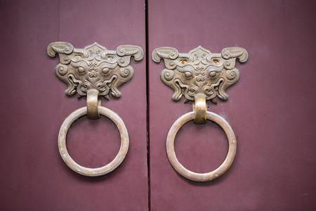 tocar la puerta: Puerta de golpe china estilo asiático de la vendimia. Foto de archivo