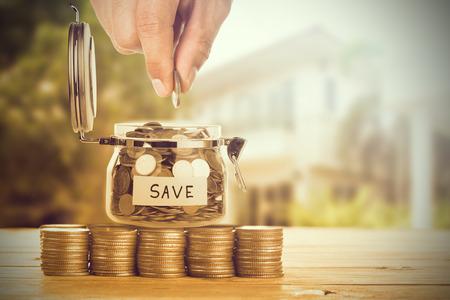 Bespaar geld met een stapel geldmunt voor het laten groeien van uw bedrijf Stockfoto