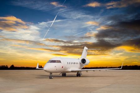 Arrêt jet d'avion pour attendre le passager VIP sur la piste. Banque d'images - 48439059