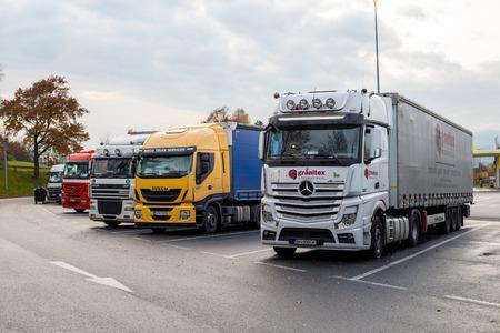transport: Praque, TSJECHIË-11 november 2015: Europees Trucks voertuig stoppen park auto voor vervoer naar terminal, Praque Tsjechië.
